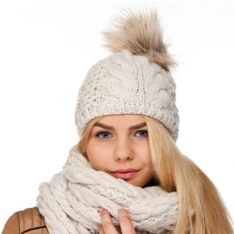 Zimná pletená čiapka s brmbolcom - béžová