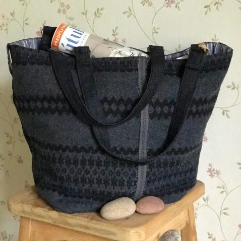 Tmavo modrá taška