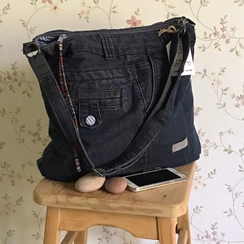 Džínsová kabelka s pruhovanými gombíkmi