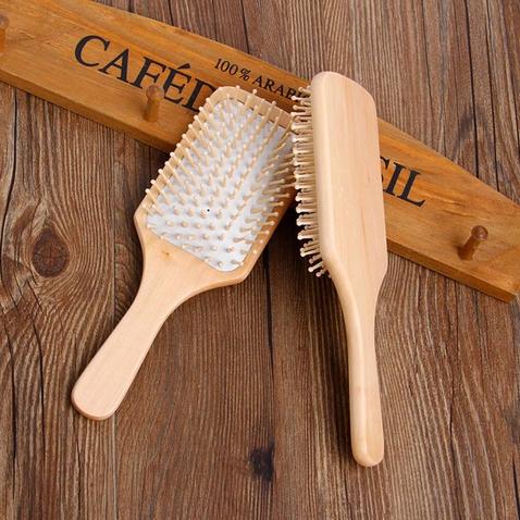 Masážny kefa na vlasy s bambusovými hrotmi